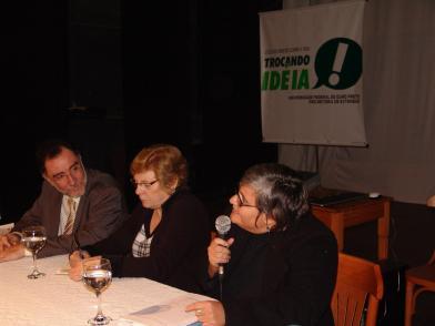 Da esquerda para direita, o ministro Patrus Ananias, a Prof.ª do curso de Medicina Palmira Bonolo e a Prof.ª Dra. Elaine Behring (FOTO: Antônio Laia)